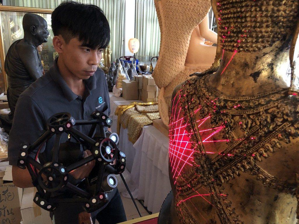 Fluke and Creaform Metra scanning the back of the Buddha.